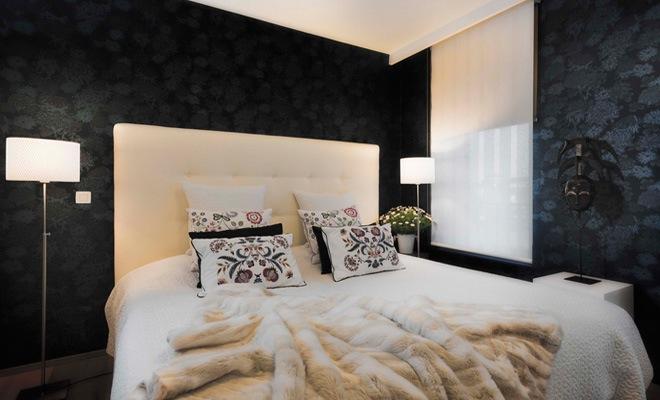 Wit Bed Met Donkere Muren In De Slaapkamer