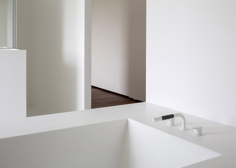Moderne zolderrenovatie met open badkamer binennkijken - Midden kamer trap ...